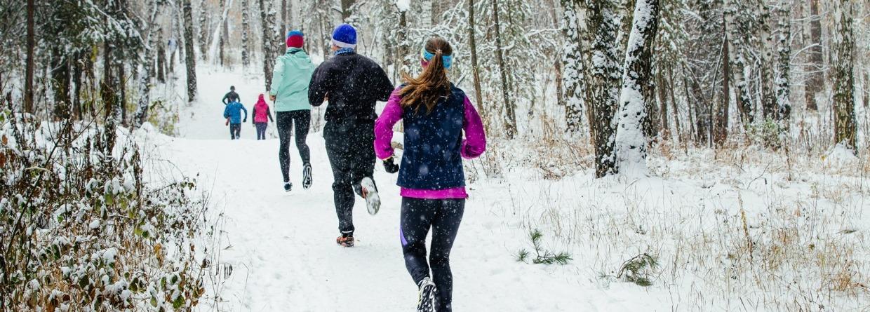 Joggen in de winter in het bos