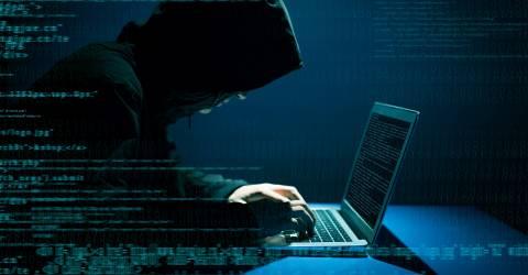 Hacker achter laptop